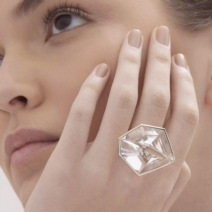 Anel-de-Ouro-Nobre-18K-com-cristal-de-rocha---LookBook