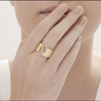Anel-de-ouro-amarelo-18K-com-diamantes---Colecao-Assinatura-HS---LookBook
